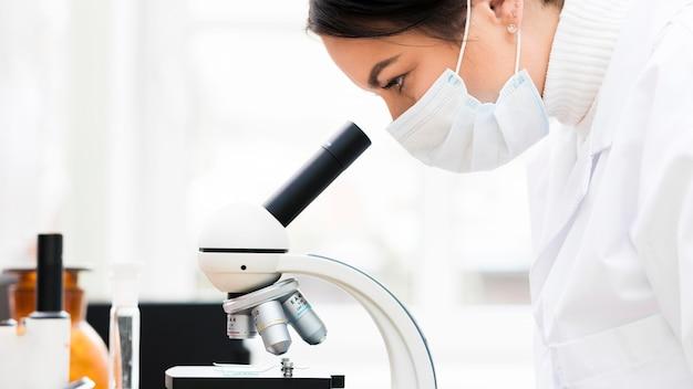 Scienziata con microscopio