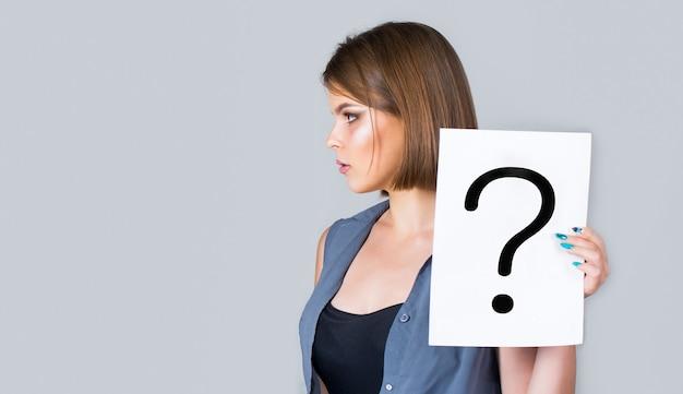 Donna che grida, emozione. domanda ragazza. femmina con punti interrogativi.
