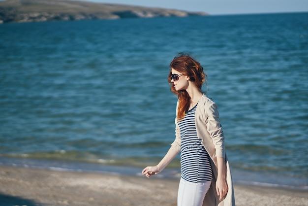 Donna sul mare in montagna sulla spiaggia e onde di sabbia modello di paesaggio