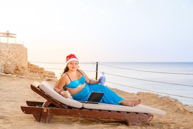 Una donna in riva al mare in un sole