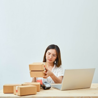 Donna che vende prodotti online a casa