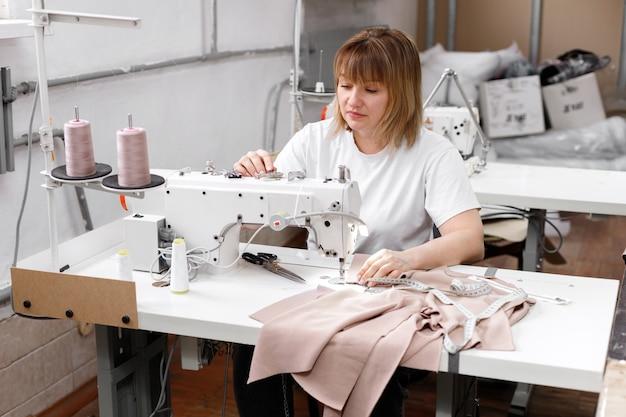 Donna dietro una macchina da cucire al lavoro