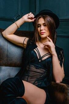Donna in tuta nera sexy. sensuale splendida giovane donna in lingerie nera