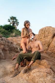 Donna che rade un uomo all'aperto