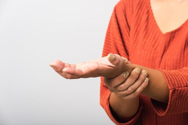 Donna che tiene il suo dolore acuto al polso delle mani