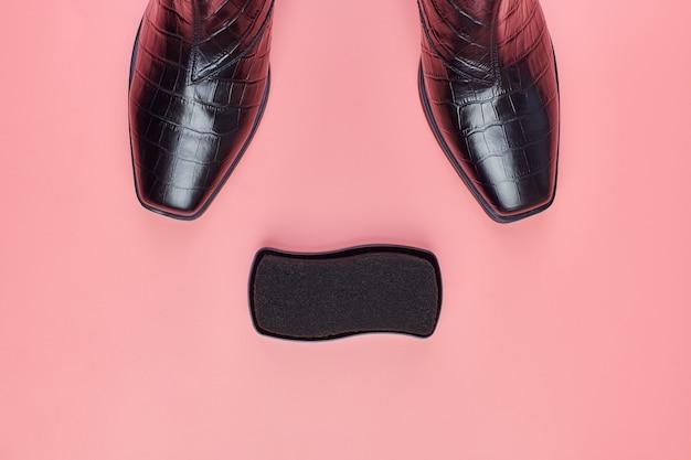 Scarpe da donna con spugna polacca, copia spazio, sfondo rosa. cura delle scarpe o concetto di svendita.