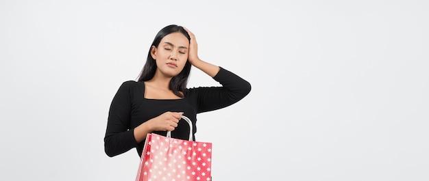 Concetto di acquisto della donna. felicemente ragazza e borse della spesa durante la stagione dei saldi. felice giovane donna thailandese asiatica in azione o attività di acquisto di beni da negozi o negozi online e sfondo bianco.