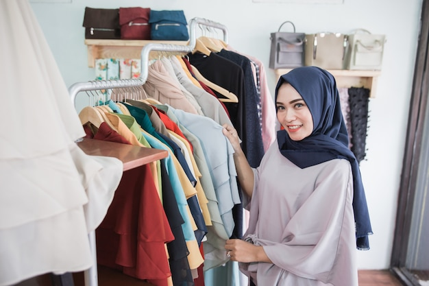 Acquisto della donna in un negozio di moda