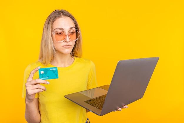 Donna che compera online con carta di credito e computer. concetto di acquisto di internet.