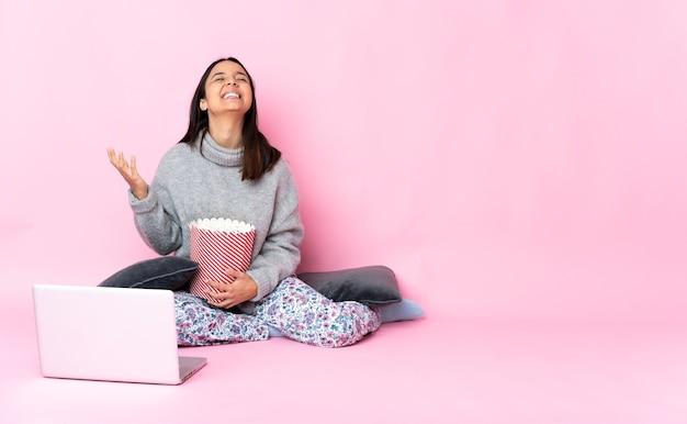 Donna che mostra un computer portatile di aa della pellicola