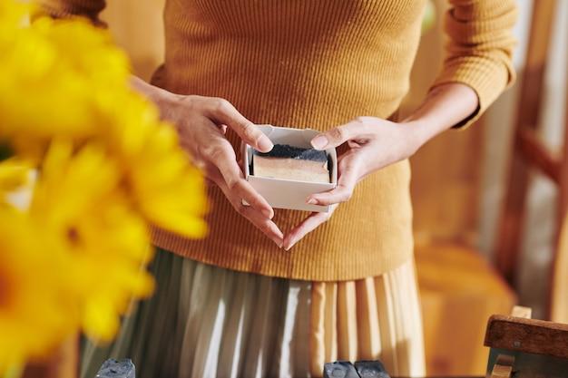 Donna che mostra sapone fatto a mano