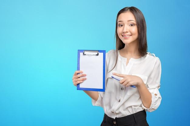 Donna che mostra e presenta lo spazio della copia