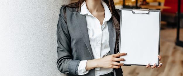La donna mostra le informazioni sul tablet