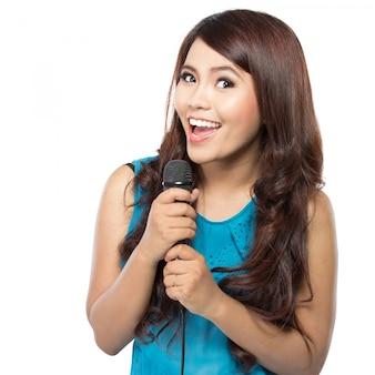 Donna che canta karaoke