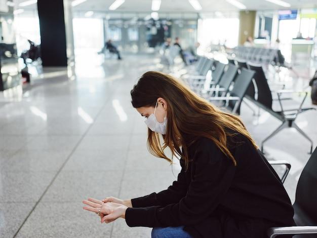 Donna seduta in aeroporto in attesa di un volo in ritardo