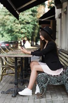 Una donna seduta su una panchina. foto di alta qualità