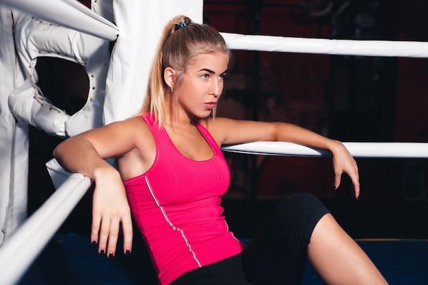 Donna seduta sul ring di pugilato