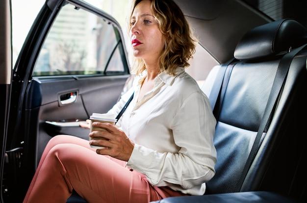 Donna che si siede in una macchina