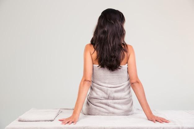 Donna seduta sul lettino per massaggi
