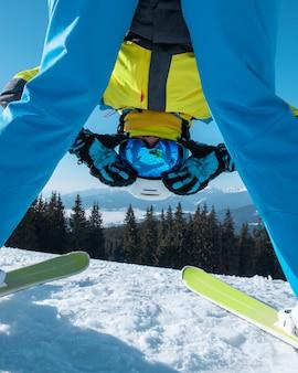 Ritratto dello sciatore della donna con lo sci sulla cima delle vacanze invernali delle montagne