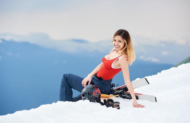 Sciatore della donna sulla parte superiore del pendio nevoso