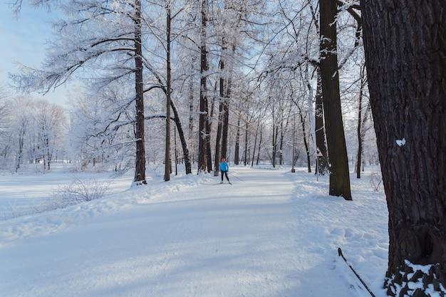 Donna che scia nel parco sull'isola di yelagin a san pietroburgo, russia.