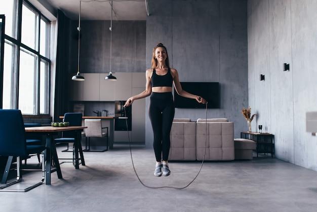 Donna che salta con la corda per saltare a casa.