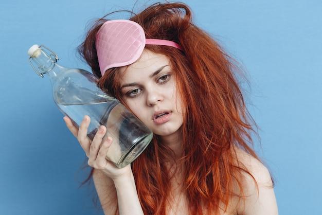 Donna sonno scusa bottiglia alcol emozioni vacanza sfondo blu