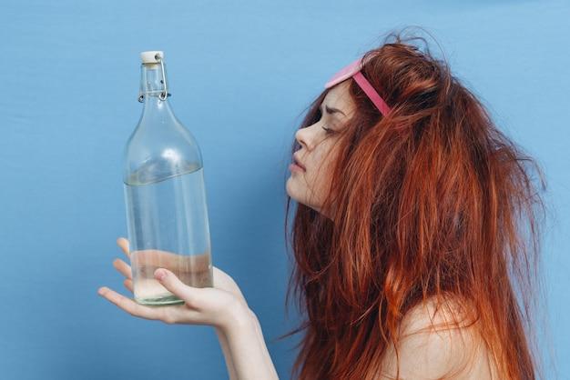 Donna sonno scusa bottiglia alcol emozioni vacanza blu.