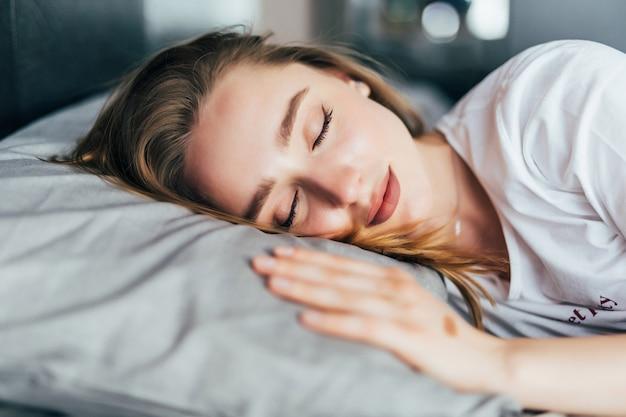 Donna che dorme sul letto