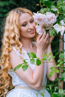 Donna che odora e gode di bellissime rose