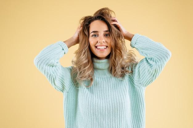 Una donna sorride nell'emozione isolata su sfondo giallo