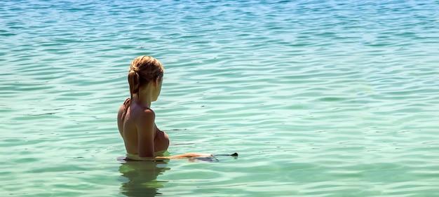 Donna che snorkeling sulla spiaggia di estate