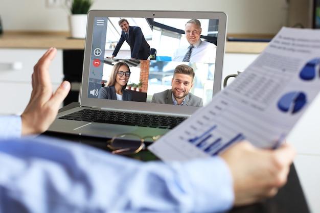 La donna parla durante la videochiamata con i colleghi durante il briefing online