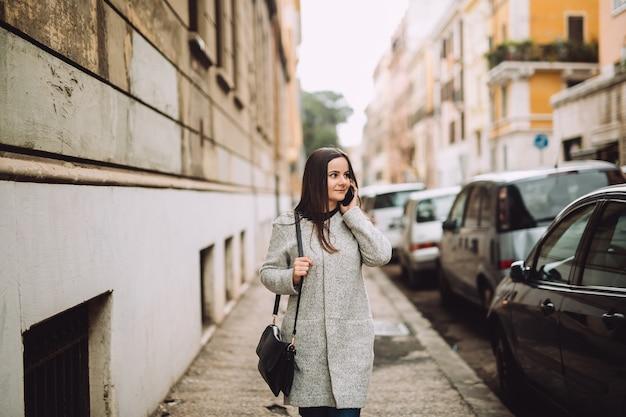 La donna parla al telefono in città