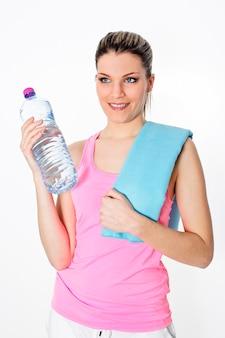 Donna allo sport con bottiglia d'acqua