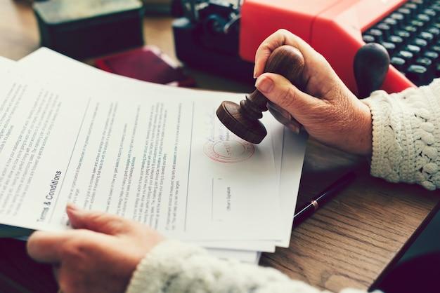 Donna che timbra un documento ufficiale
