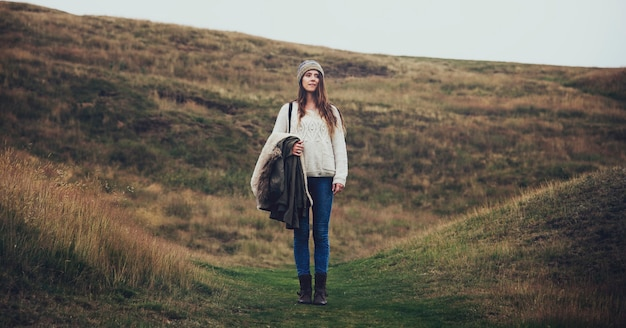 Donna in piedi da sola sulle colline