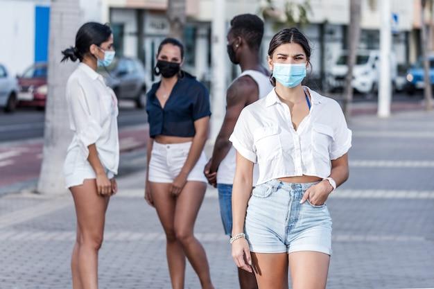 Donna in piedi sullo sfondo di amici per strada