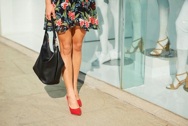 Donna in piedi alla finestra del negozio