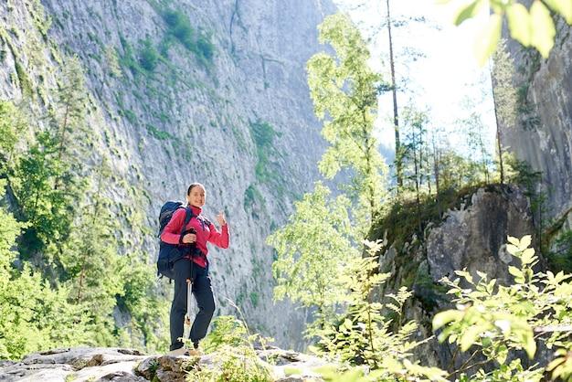 Donna in piedi sulla cima di una collina in montagna