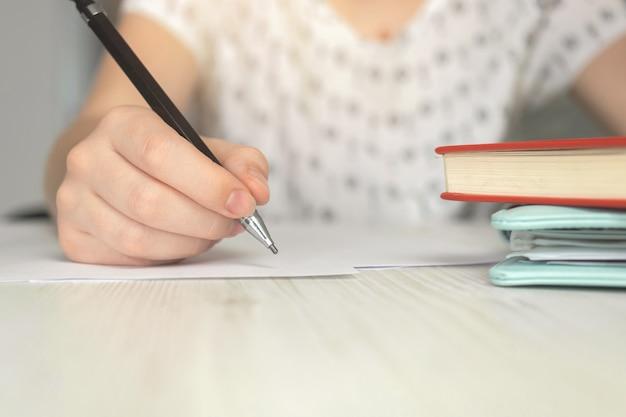 Donna che inizia a creare documenti contrattuali. scrivania da ufficio donna d'affari con sfondo di carta, penna e quaderni