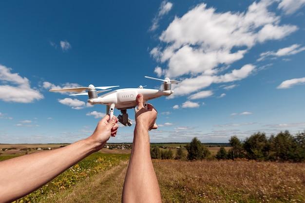 Donna che avvia un drone per una produzione video dalle sue mani