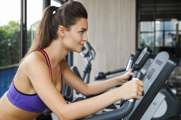 Donna sulla cyclette in palestra