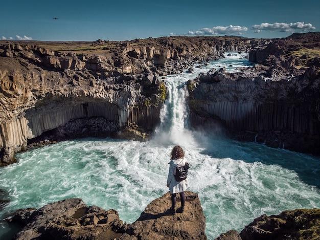 La donna resta sulla cascata in islanda nasconde la cascata in islanda a