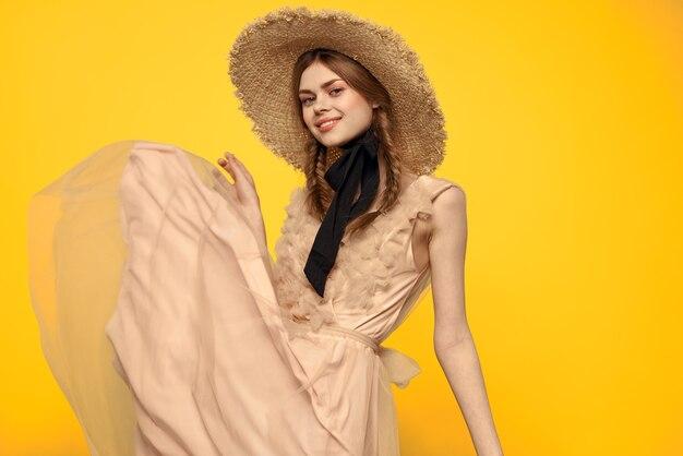 Donna in un cappello di paglia con un nastro nero