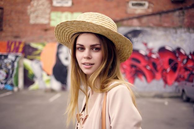 Donna per strada che indossa cappello e occhiali lifestyle