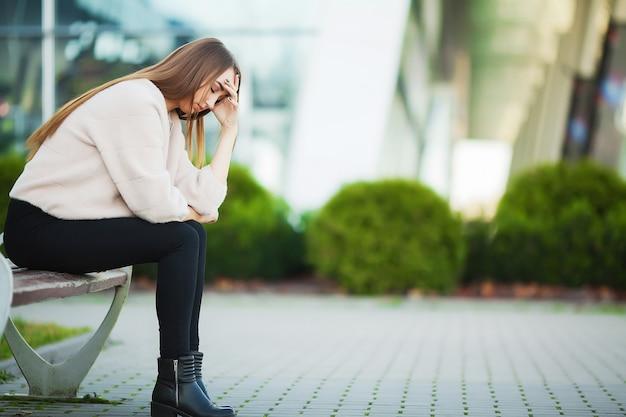 La donna ha sottolineato dal lavoro mentre era seduto all'aperto