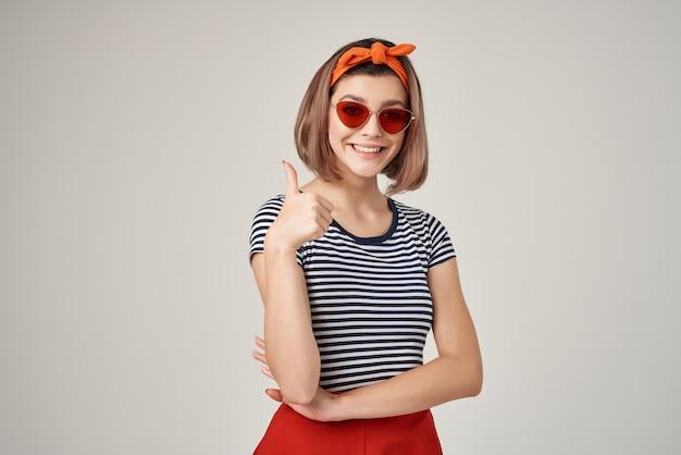 Donna in maglietta a righe che indossa occhiali da sole moda moderna vista ritagliata