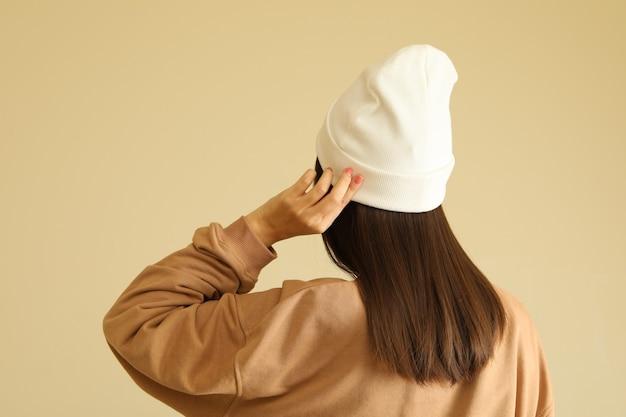 Donna in felpa e berretto alla moda